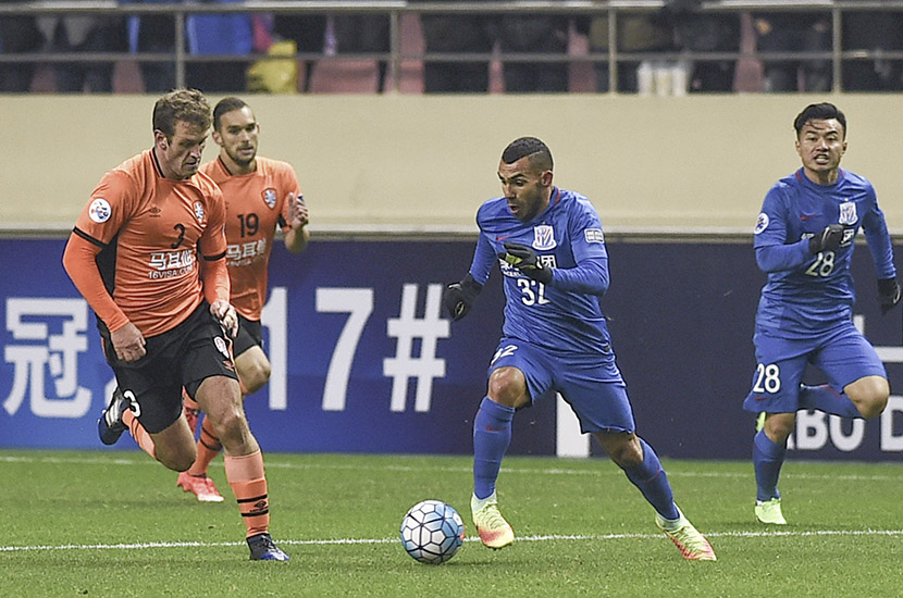 Carlos Tevez (#32) of Shanghai Greenland Shenhua F.C. dribbles the ball during a high-stakes match against Brisbane Roar F.C. at Hongkou Football Stadium in Shanghai, Feb. 8, 2017. VCG