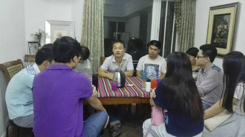 Cheng Shuaishuai (seated behind kettle) shares his experience trading antiretroviral drugs online at a meeting in Guangzhou, Guangdong province, Sept. 23, 2016. Courtesy of Cheng Shuaishuai