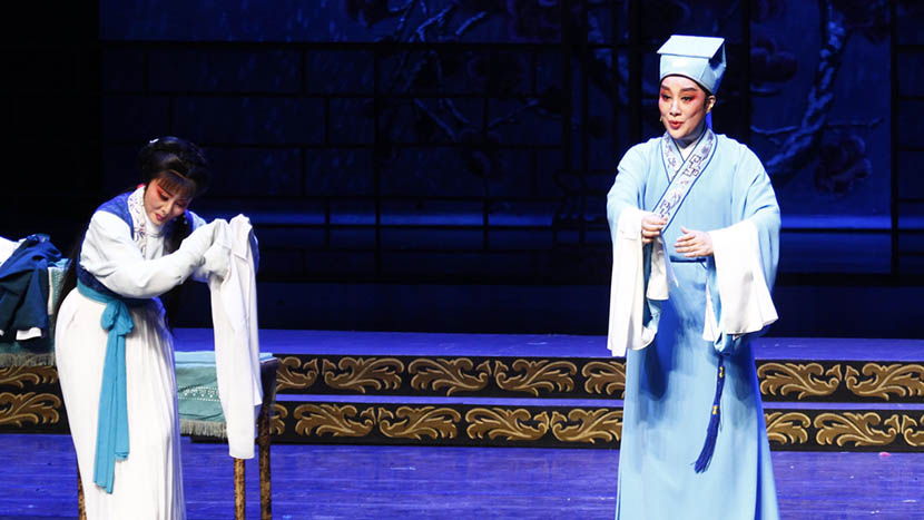 Mao Weitao (right) performs at the Hangzhou Theater, Zhejiang province, May 24, 2015. IC