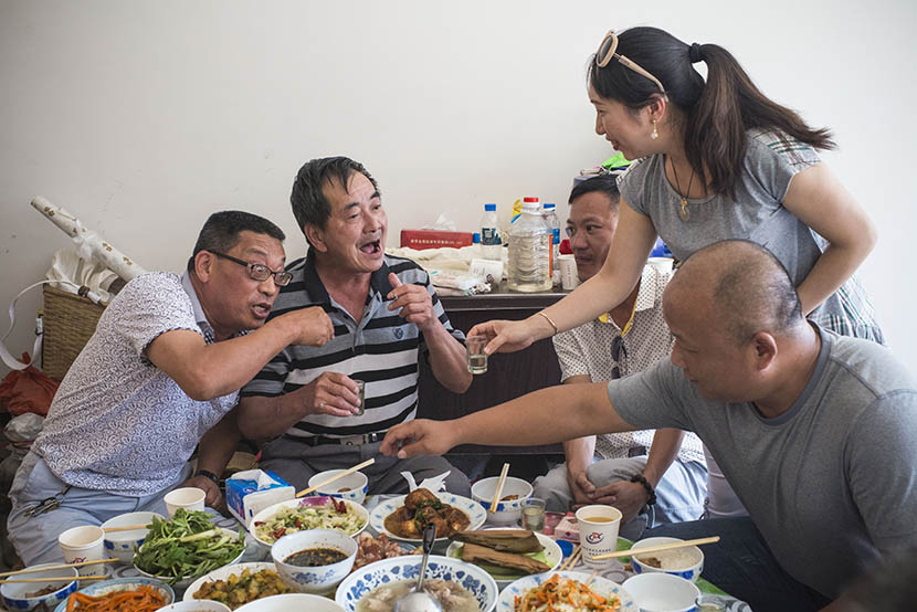 Xu Hui (third from left) has dinner with 'zhiqing' friends in Menghai, Yunnan province, April 18, 2016. Wu Yue/Sixth Tone