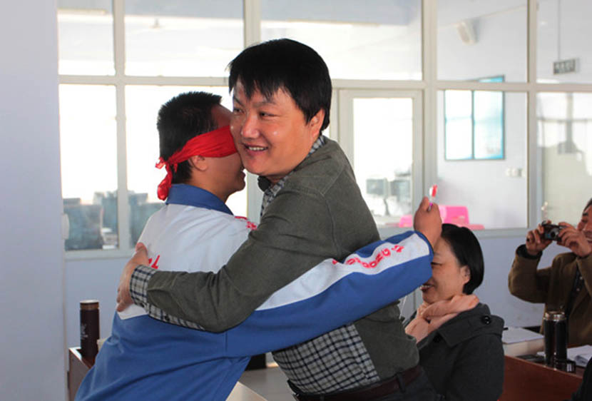 Hao Jinlun (right) interacts with a student during an education workshop in Zhuolu County, Hebei province, Oct. 16, 2014. From the official website of the county's education bureau.