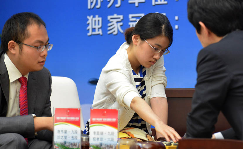 Yu Zhiying (middle) and her partner Tang Weixing (left) in mixed competition against the world's highest-ranked South Korean team, Hefei, Anhui province, April 28, 2016. Ge Chuanhong/IC