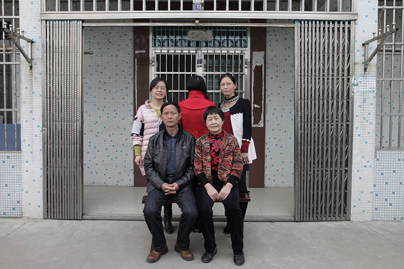Lin Chunhong (back to camera) and her birth family pose for a photo in Jiangyin, Jiangsu province, March 19, 2016. Lin was born in 1979, when family planning policies were strictly enforced. Han Meng/Sixth Tone
